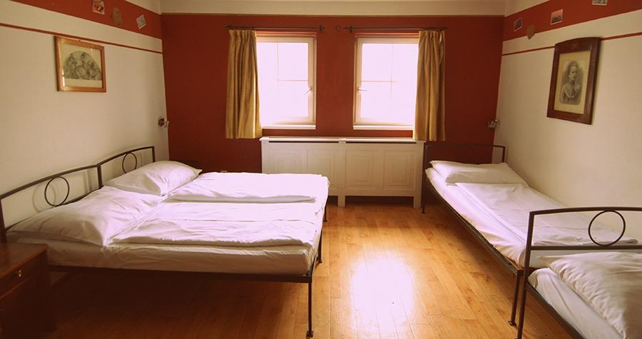 sir tobys hostel prague triple room
