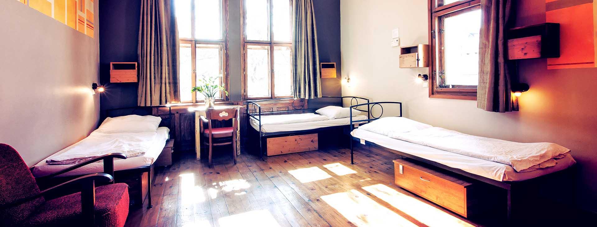 sir-tobys-hostel-prague-dorm-room-1920×730